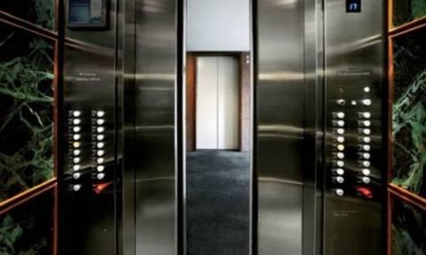 Κορυφαίο ανέκδοτο: Ένας κακομούτσουνος τύπος στο ασανσέρ
