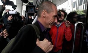 Βαρουφάκης σε δημοσιογράφο: Πρόσεξε το σκυλί βρε… (video)