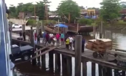 Δε θέλετε να βάλετε το αυτοκίνητο στο καράβι με αυτόν τον τρόπο (video)