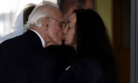 Ενα κόκκινο γεράνι και ένα φιλί έδωσε η Βίκυ Σταμάτη στο Άκη Τσοχατζόπουλου
