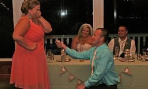 Η φωτογραφία που εξόργισε το διαδίκτυο: Πρόταση γάμου μπροστά σε νεόνυμφους!