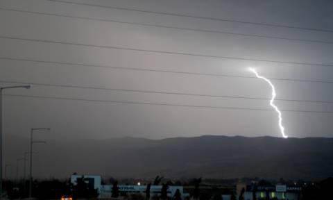 Καιρός: Κεραυνοί και καταιγίδες «χτυπούν» την Αττική