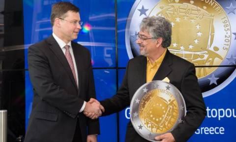 Ελληνικό ευρώ επέλεξε η Κομισιόν για την επέτειο της σημαίας με τα δώδεκα αστέρια