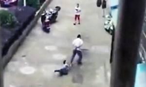 Βίντεο-σοκ: Πα-«τέρας» σέρνει το γιο του δεμένο από το λαιμό