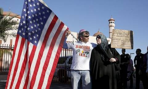 Οπλισμένοι αντιισλαμιστές διαδήλωσαν έξω από τέμενος του Φοίνιξ