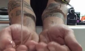 Δείτε τι έκανε η καρδερίνα του μόλις γέμισε τα χέρια του με νερό (video)