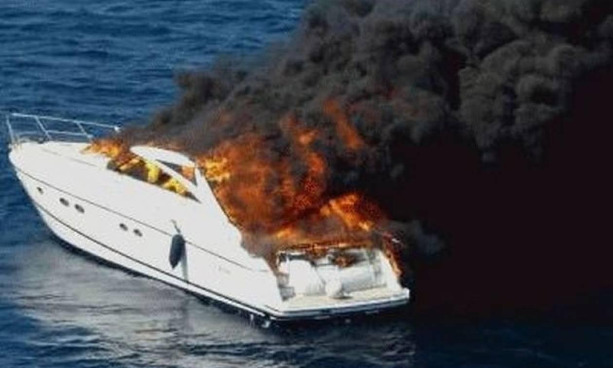 Σώοι οι επιβαίνοντες σε θαλαμηγό που πήρε φωτιά και βυθίστηκε μεταξύ Ίου και Θήρας
