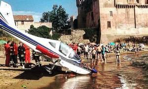 Πανικός στην Ιταλία: Μικρό αεροπλάνο έπεσε σε παραλία γεμάτη τουρίστες (Photos&video)