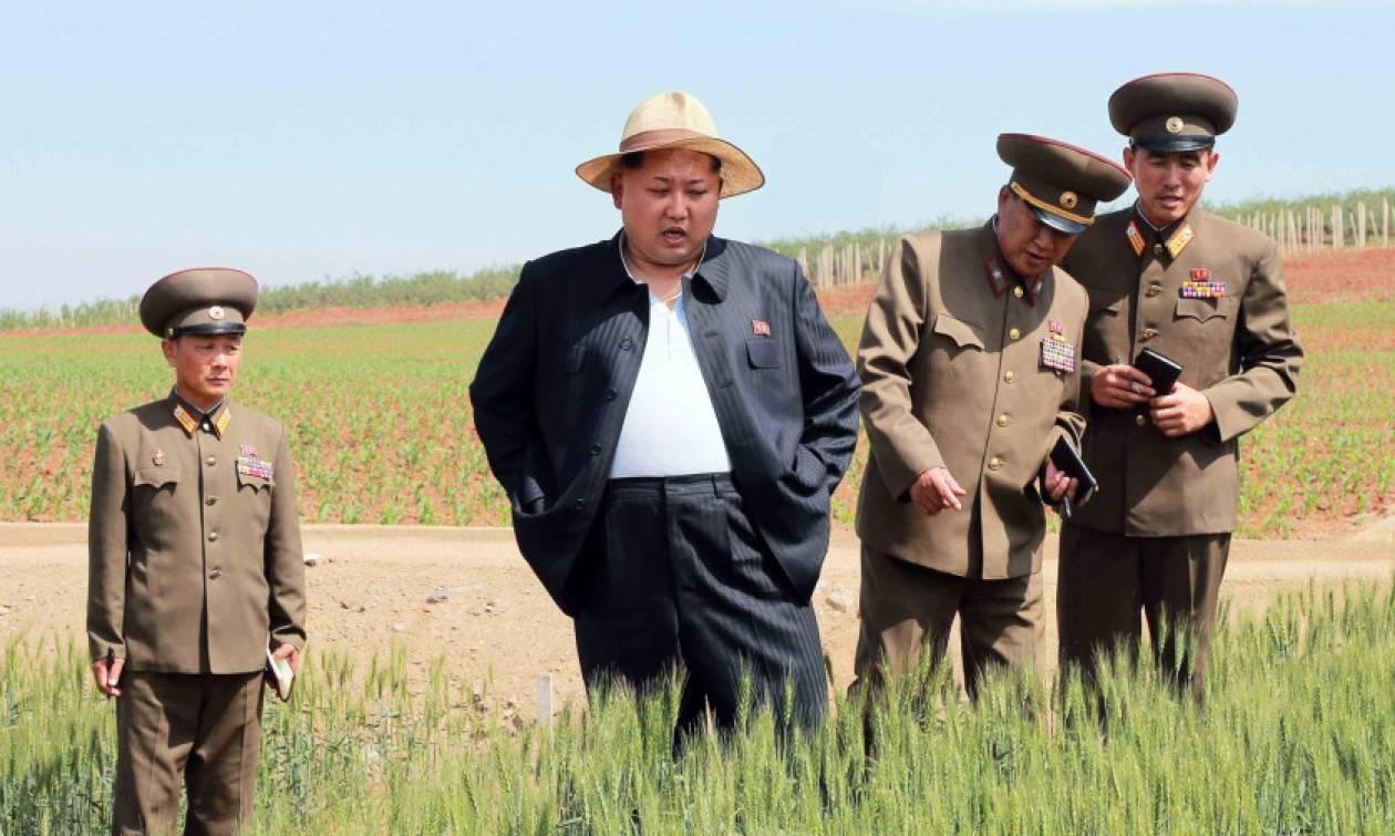 Με... ψάθινο καπέλο και ανοικτό το σακάκι του επανεμφανίστηκε ο Κιμ Γιονγκ-ουν (photos)