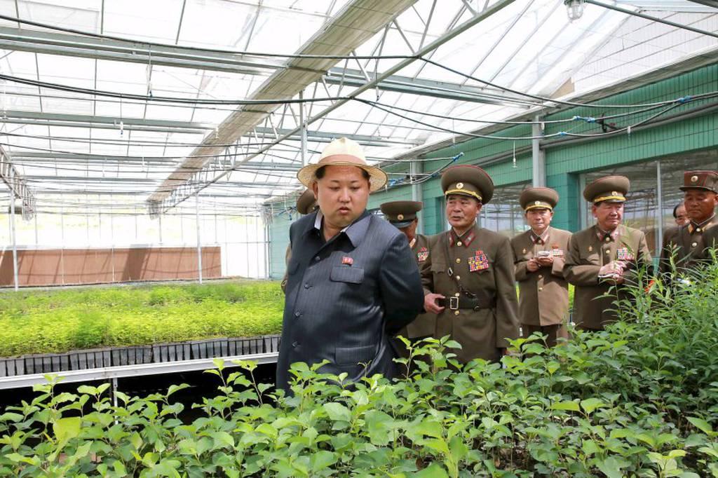 Με... ψάθινο καπέλο και ανοικτό το σακάκι του επανεμφανίστηκε ο Κιμ Γιονκ-ουν (photos)