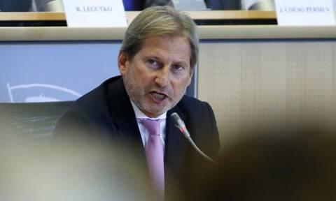 Στα Σκόπια ο επίτροπος Χαν εν μέσω πολιτικής κρίσης