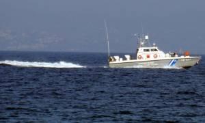 Σε ξύλινη βάρκα πάλευαν με τα κύματα μετανάστες και ο διακινητής τους
