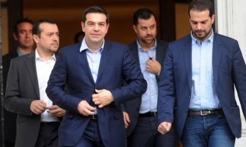 Στην Αθήνα ο Τσίπρας - Αρχίζει άμεσα διαβουλεύσεις με κυβερνητικά στελέχη