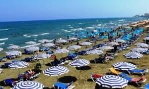 ΣτΕ: Συζητήθηκαν οι προϋποθέσεις για ομπρέλες, ξαπλώστρες και καντίνες στις παραλίες