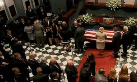Συντετριμμένος ο Μπάιντεν στην κηδεία του γιου του (video)
