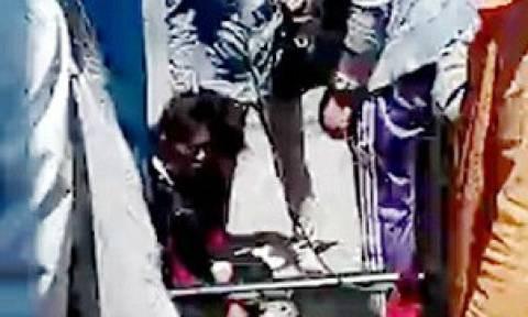 Βίντεο-σοκ: Επιτέθηκε στην ίδια της τη μητέρα στη μέση του δρόμου