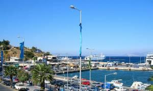 Θρίλερ στη Ραφήνα – Αυτοκίνητο έπεσε στο λιμάνι (video)