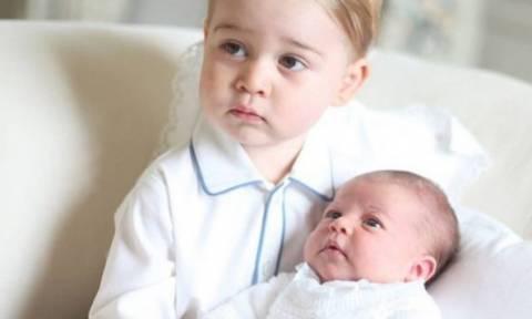 O πρίγκιπας Τζορτζ και η μόλις λίγων εβδομάδων Σάρλοτ φωτογραφίζονται μαζί για πρώτη φορά!
