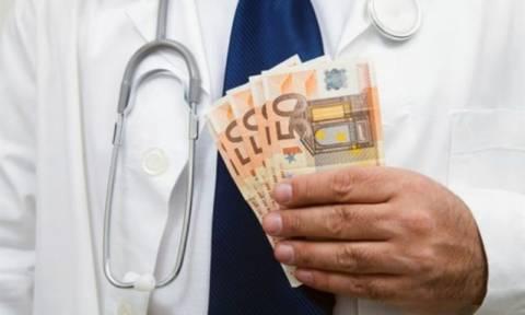 Χειροπέδες σε ειδικευόμενο χειρουργό που ζήτησε «φακελάκι»