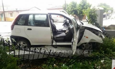 Λαμία: Αυτοκίνητο εισέβαλε σε αυλή σπιτιού (photos)