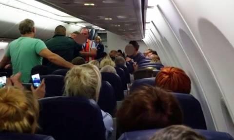Πανικός σε πτήση για το Ηράκλειο: Αστυνομικοί βγάζουν «σηκωτό» μεθυσμένο επιβάτη (Video)
