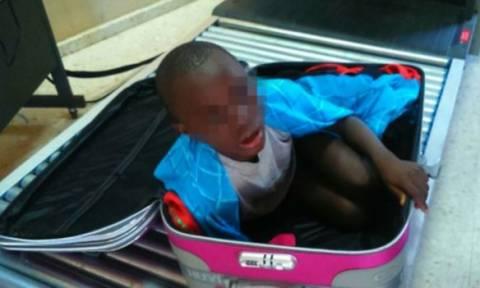 Ισπανία: Στην αγκαλιά της μητέρας του το «αγοράκι της βαλίτσας» (video)