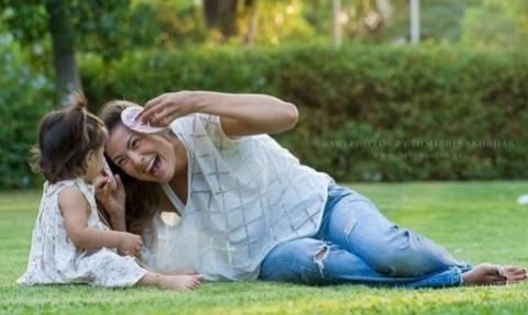 Τρυφερό! Δείτε πώς κοιμάται η Δέσποινα Καμπούρη με την κόρη της