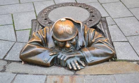 Το ανατριχιαστικό άγαλμα… που «κρυφοκοιτάζει» τους τουρίστες