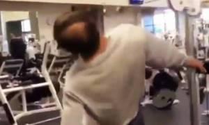 Σηκώνει βάρη με το κεφάλι! (video)