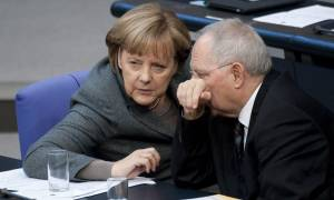 Handelsblatt: Το μεγάλο χάσμα Μέρκελ και Σόιμπλε για την Ελλάδα