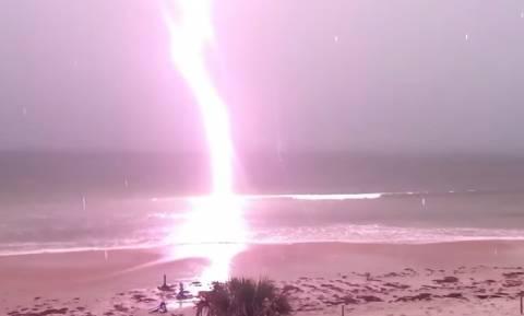 Εντυπωσιακό! Η στιγμή που κεραυνός «χτυπά» την παραλία (video)