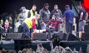 Ο Ντέιβ Γκρολ ολοκλήρωσε συναυλία με σπασμένο πόδι (photos & video)
