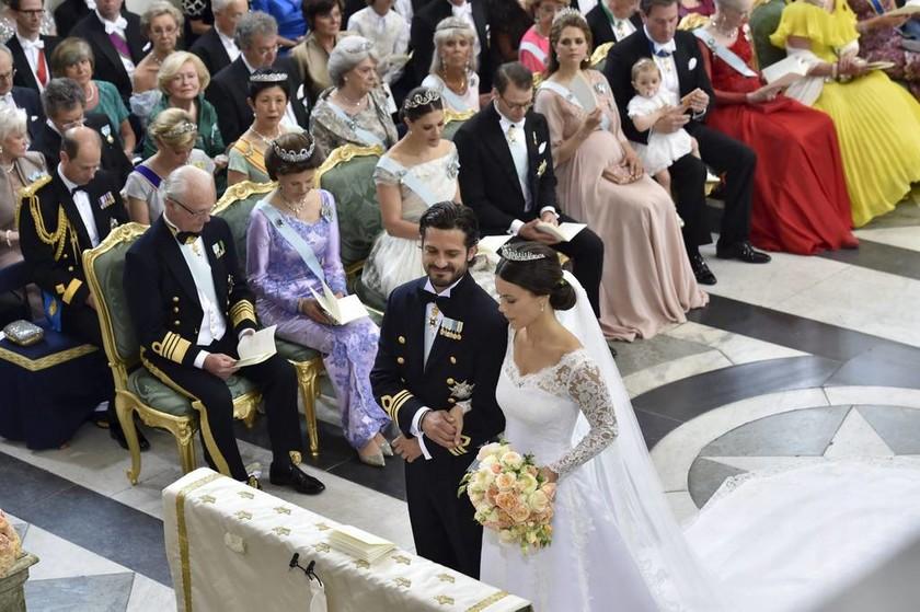 Ο γάμος της χρονιάς στη Σουηδία: Μια «κοινή θνητή» στο πλευρό του πρίγκιπα (photos)