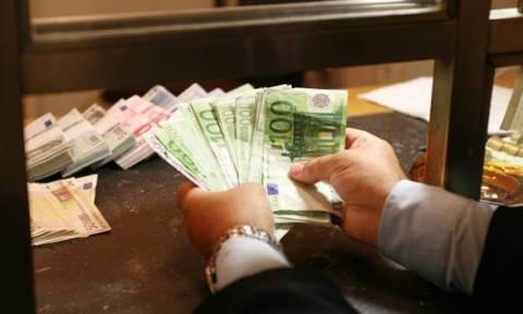 Reuters: Στα 400 εκατ. ευρώ οι εκροές καταθέσεων τη Δευτέρα