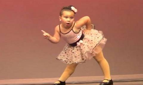 Δείτε τι κάνει η μικρή μπαλαρίνα και το βίντεο έχει ξεπεράσει τα 11 εκατομμύρια «χτυπήματα»!