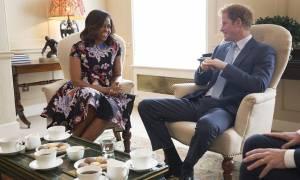 Μισέλ Ομπάμα: Τσάι και συμπάθεια στο Ηνωμένο Βασίλειο (photos & videos)