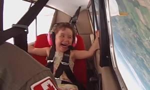 Τι συμβαίνει όταν μια 4χρονη κάνει... ακροβατικά με αεροπλάνο; (video)