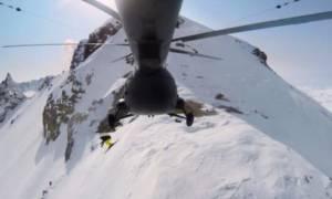 Εντυπωσιακό: Πήδηξε από ελικόπτερο σε κρατήρα ηφαιστείου! (video)