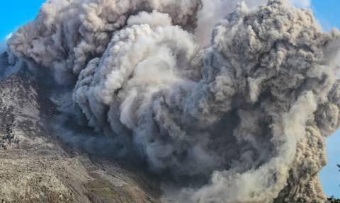 Συναγερμός στην Ινδονησία για το ηφαίστειο Σιναμπούνγκ (photos)