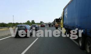 Φορτηγό τυλίχθηκε στις φλόγες στην Εγνατία (video)