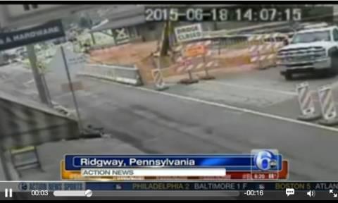 Γέφυρα πέφτει μαζί με τους εργάτες που ήταν πάνω της (video)