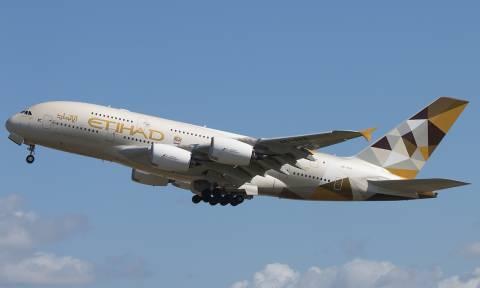 Επεισοδιακή πτήση: Έδεσαν επιβάτη στη θέση του γιατί επιτέθηκε σε αεροσυνοδούς