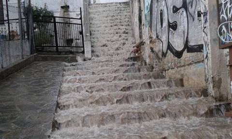 Κύμα κακοκαιρίας στη Θράκη με ισχυρές βροχές και κεραυνούς (video)