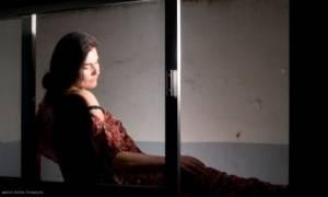 Ο ουρανός κατακόκκινος - Σ' εσάς που με ακούτε, της Λούλας Αναγνωστάκη στις Μέρες Θέατρου