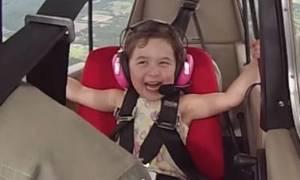 Αυτή η μικρούλα σίγουρα θα σας φτιάξει τη μέρα με την αντίδρασή της στο αεροπλάνο