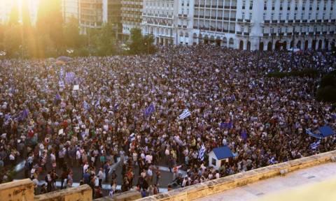 Συγκέντρωση στο Σύνταγμα με σύνθημα «Μένουμε Ευρώπη» - Μικροένταση με αντιεξουσιαστές