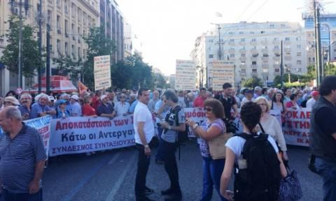 Πορεία ΠΑΜΕ και συνταξιούχων στο Σύνταγμα (photos&vid)