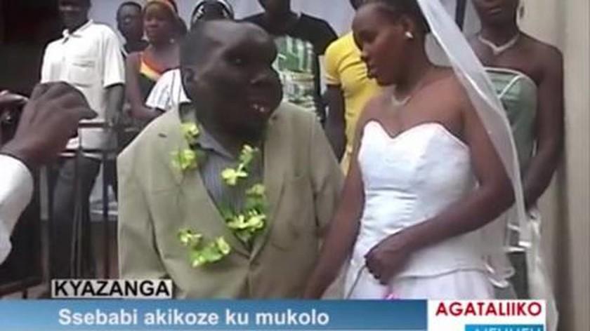 O πιο άσχημος άνδρας της Ουγκάντα έχει οκτώ παιδιά! (photos+videos)