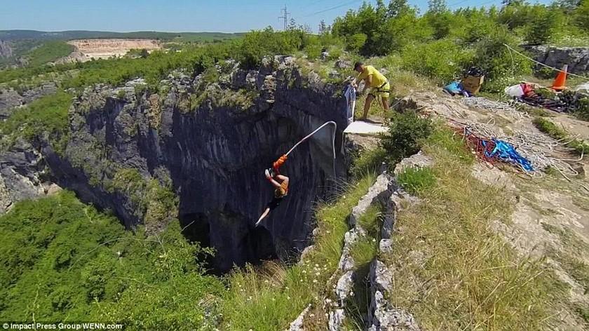 Απίστευτη «βουτιά» από ύψος 45 μέτρων (video&photos)