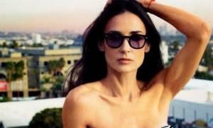 Αυτό το κορμί μας... ξεπερνάει: Η Demi Moore με το μπικίνι της «ανάβει» φωτιές